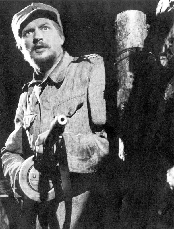 Tämä kuva on piirtynyt suomalaiseen elokuvahistoriaan. Vaikka tässä kuvassa Antti Rokkaa näyttelee Reino Tolvanen, harva tietää, että historia olisi voinut olla myös toisenlainen: Spede Pasanenkin olisi halunnut esittää Antti Rokkaa Tuntemattomassa.