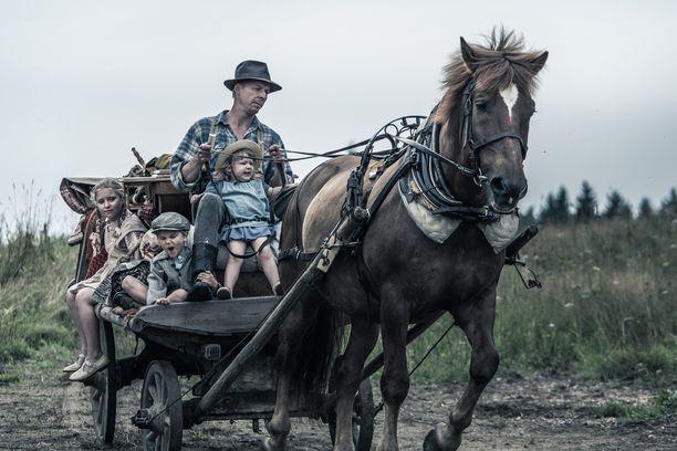 Kuvassa Rokka (Eero Aho) ja lapsia.