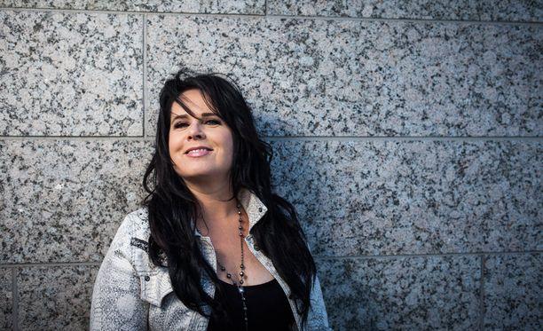 Siniset tikkaat -kappaleen tarinaan Kaija Koo kertoo inspiroituneensa faneilta saamastaan postista.