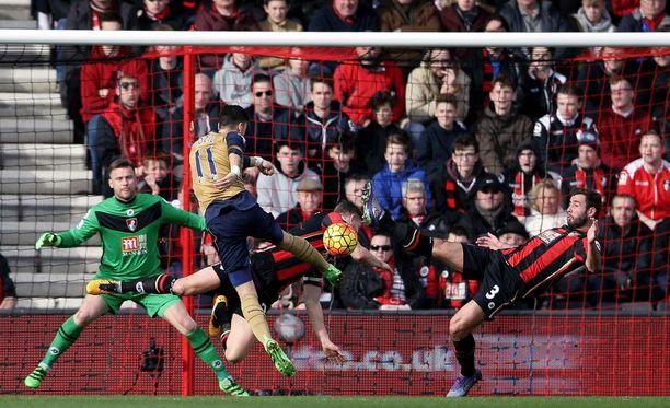 Mesut Özil ampuu Arsenalin voittomaalin.