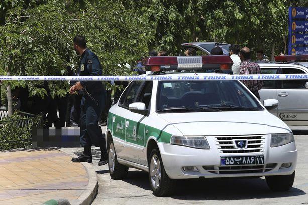 Yksi epäilty hyökkääjä lojui kuolleena Ruhollah Khomeinin mausoleumilla.