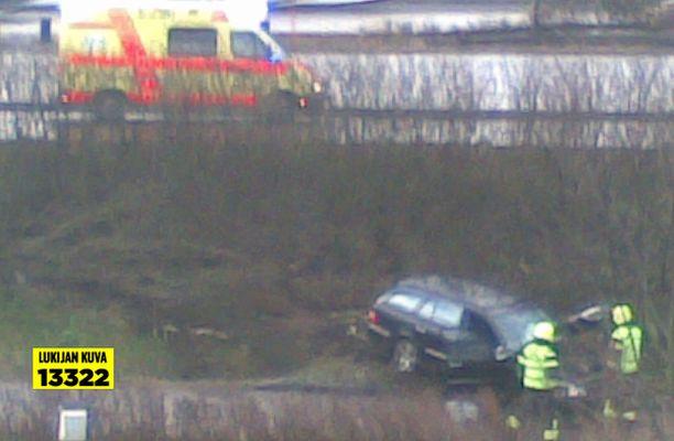 Mersu-merkkinen henkilöauto ajoi rajusti ulos Länsiväylältä.