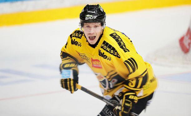 KalPan Janne Keränen tasoitti avauserässä rankkariosumalla, syötti Jesse Mankisen johto-osuman ja ratkaisi pelin jatkoajalla.