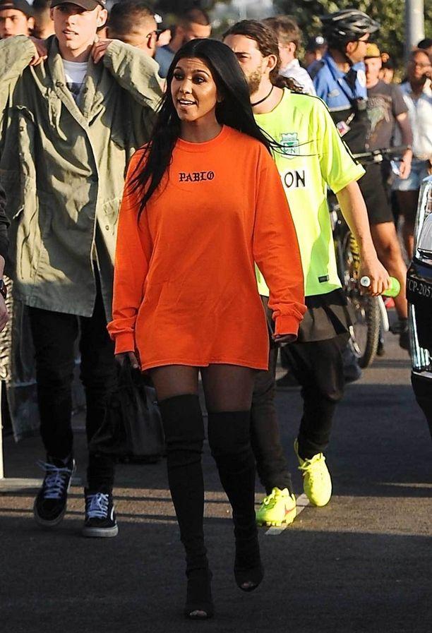 Tosi tv-tähti Kourtney Kardashian rakastaa isoja college-paitoja ja korkeita saappaita, vaikka ne varmasti hiostavat yli 30 asteen lämpötilassa.