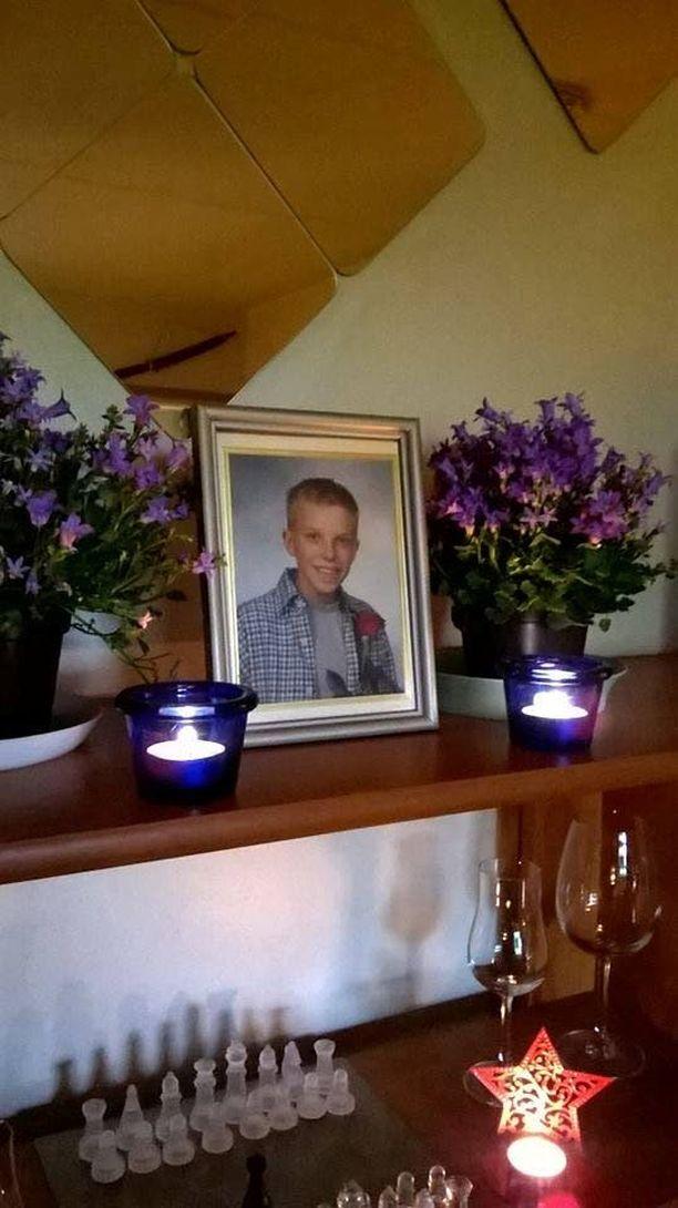 Kauko-Vesa Karttunen jakoi lauantaina Facebook-päivityksensä yhteydessä Jimi-poikansa rippikuvan.