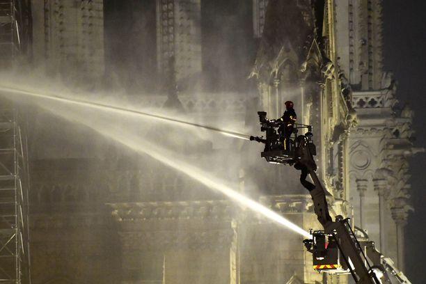 Sammutustöihin osallistui satoja palomiehiä.