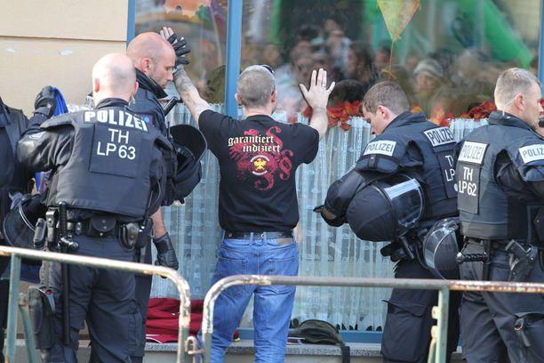 Poliisi tarkasti konserttiin menijöitä. Myöhemmin konsertti meni rähinäksi.