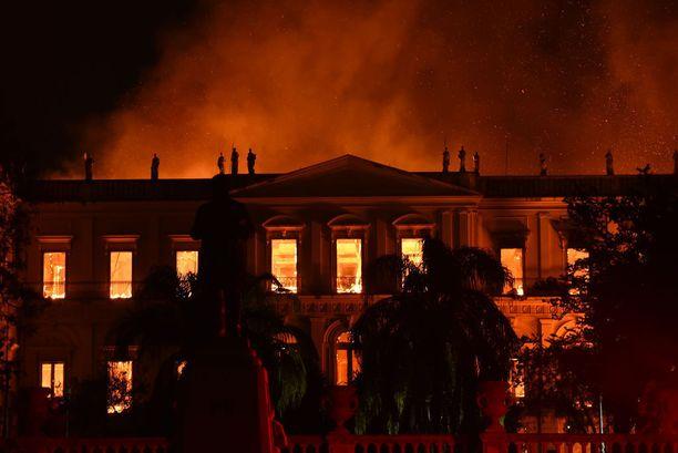 Patsaat katselivat hiljaa aitiopaikalta, miten liekkimeri nieli Portugalin kuningasperheen entisen palatsin, jonka vanhimmat osat olivat vuodelta 1803.