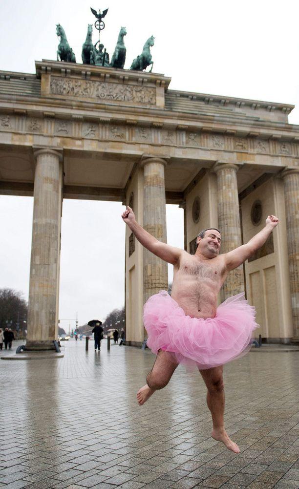 Bob Carey on pukeutunut pinkkiin tutuun jo vuodesta 2003. Ensin auttaakseen vaimoaan, sitten muita syöpäsairaita naisia.