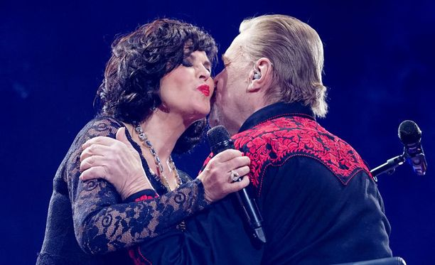 Paula Koivuniemen ja Vesa-Matti Loirin Lapin kesä -duetto oli yksi lauantain konsertin kohokohdista.