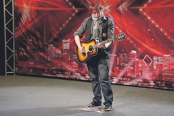 Sunnuntaina X Factorissa huomiota herättää katusoittaja Elias Hämäläinen, 24.