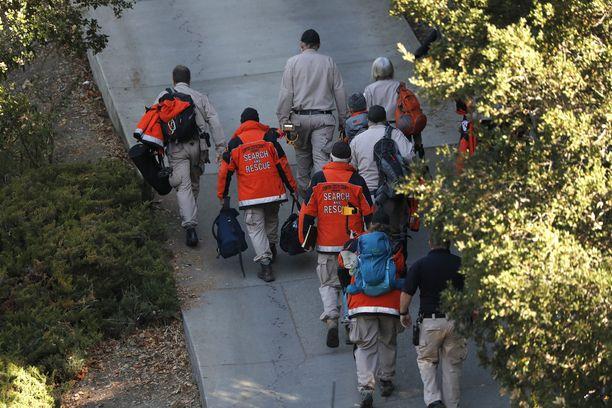 Kuvassa viranomaiset ja pelastustyöntekijät ovat menossa kohti tapahtumapaikkaa, jossa ainakin viisi ihmistä sai surmansa ja useita loukkaantui Airbnb-huoneistossa järjestetyissä isoissa juhlissa Orindassa, Kaliforniassa 1.11.2019.
