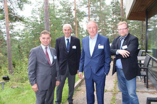 Kuvassa vasemmalta Lauri Helaniemi, Jorma Anttinen, Jaakko Holkeri ja Vapaamuurareiden tiedotusta hoitava Heikki Hakala.