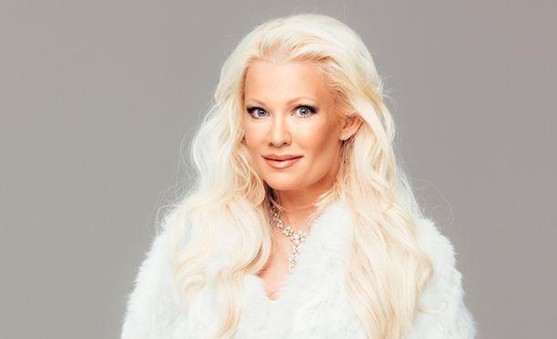 Linda Lampenius poseerasi Iltalehdelle ennen joulua lämpimissä vetimissä.