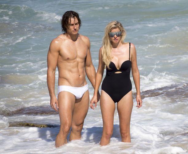 Lara ja toinen malli seisoivat meressä.