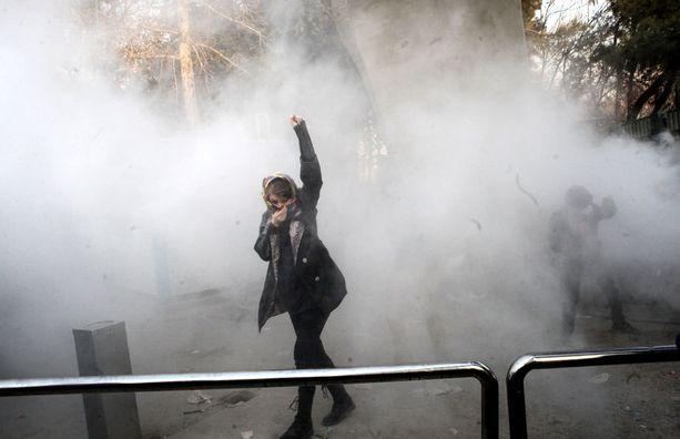 Opiskelijat ottivat sunnuntaina yhteen mellakkapoliisin kanssa Teheranin  yliopiston alueella.
