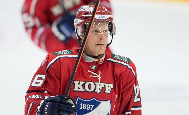 Kapteeni Toni Söderholm vääntäytyi hallille sunnuntain superottelun jälkeenkin.