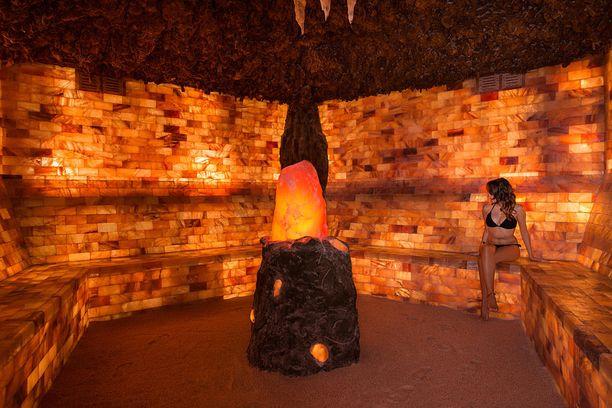 Corallium Spa -kylpylässä voi kokeilla vaikkapa tällaista Himalajan suolasta tehtyä huonetta.