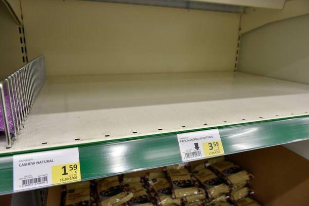 Halpuutus on tepsinyt ainakin Rainbowin Cashew Nuts Natural -pähkinöihin, sillä niitä ei ollut enää Prismassa. Pähkinöiden hinta on sama kuin halpuutuslistassa.