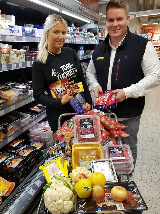 Kauppias Marko Keskinen ja myyjä Jannina Antila keräävät tavaraa lahjoituskuormaan.