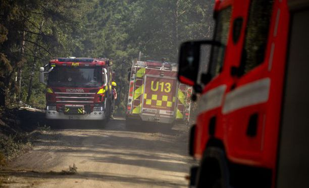 Evakuoitujen kiinteistöjen alueella kulkee muun muassa sammutustyön raskas liikenne.