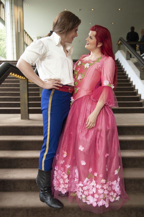 Oikean elämän pariskunta esittää rakastavaisia ensimmäistä kertaa teatterin lavalla.