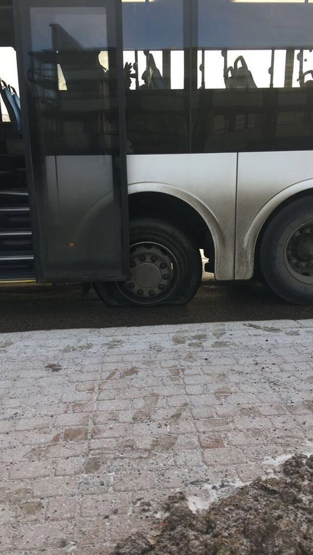 Tiistaina päivällä HSL:n bussi 614:n n rengas yllättäen räjähti.