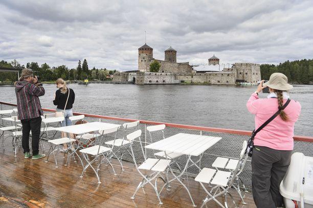 Olavinlinna. Savonlinnassa oli vilkas kotimaisen matkailun kesä.