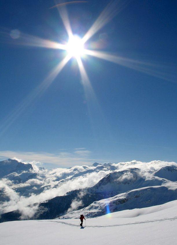 Yksinäinen hiihtäjä Sveitsin Enshorn-vuorella.
