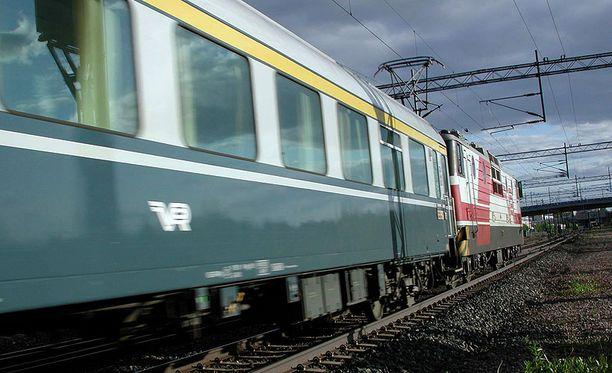 Lapset leikkivät vaarallisesti Rovaniemellä. Kuvan juna ei liity tapaukseen.
