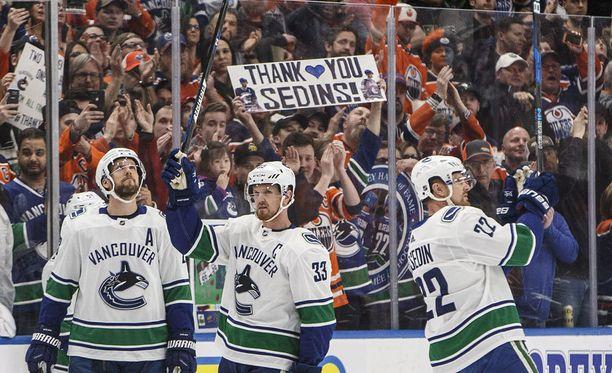 Henrik (keskellä) ja Daniel Sedin saivat raikuvat suosionosoitukset Edmonton Oilersin kotiyleisöltä.