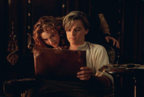 Owlkittyn omistaja on muun muassa liittänyt kissansa Titanicin kohtaukseen, jossa päähenkilö Jack piirtää rakastettunsa Rosen alastonkuvan.
