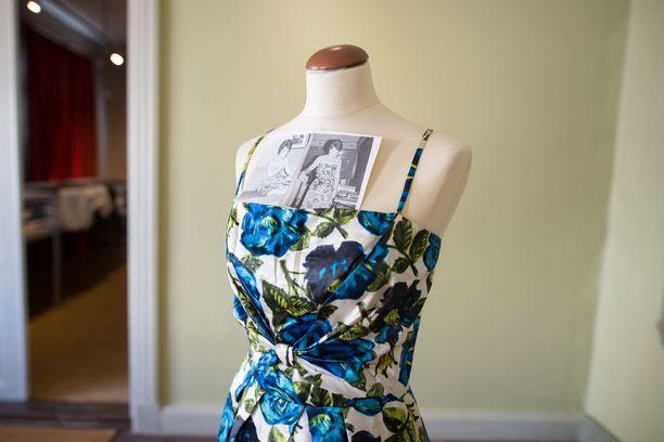 Sinivalkoinen kukkamekko on New Yorkin ajoilta 1960-luvun alusta.