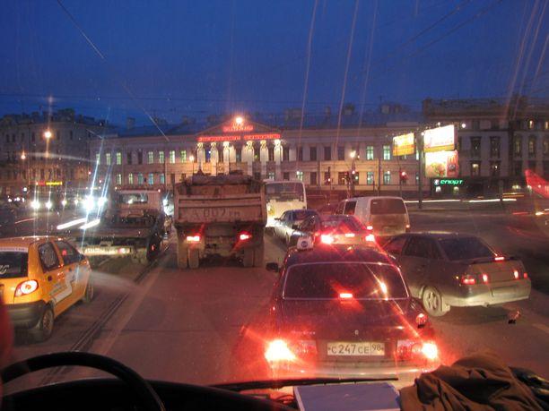 Pietarin liikenne on vauhdikasta öiseenkin aikaan.
