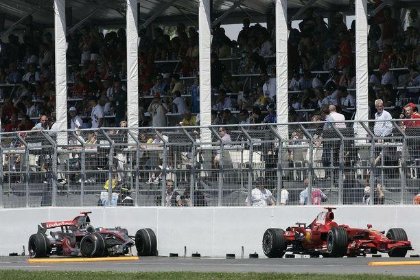 Räikkösen ja Hamiltonin autojen raadot jäivät surkeina odottamaan pois työntämistä.