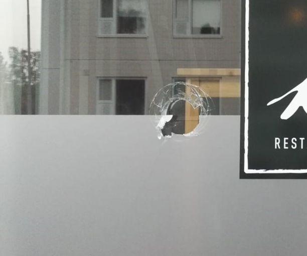 Mies oli hajottanut ainakin pankin ja apteekin ikkunat.