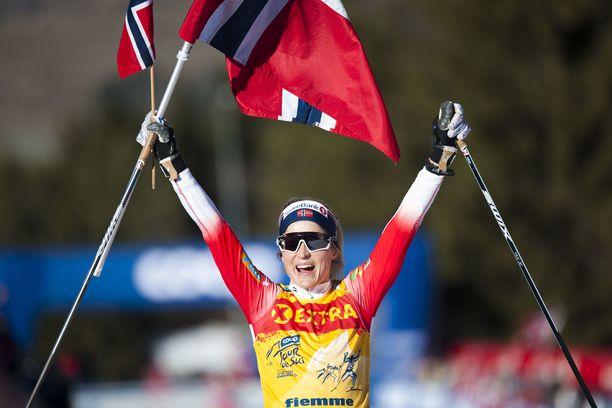 Therese Johaug tuuletti sunnuntaina Alpe Cermisin loppunousun jälkeen.