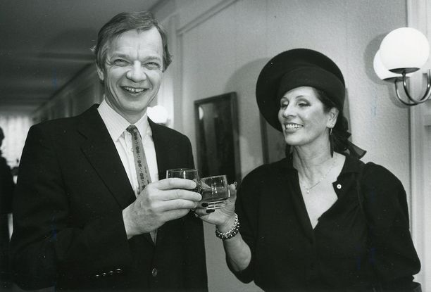 Aira Samulin on tänäkin päivänä tuttu näky cocktail-tilaisuuksissa. Kuvassa juhlaseurana edesmennyt kokki Jaakko Kolmonen vuonna 1987.