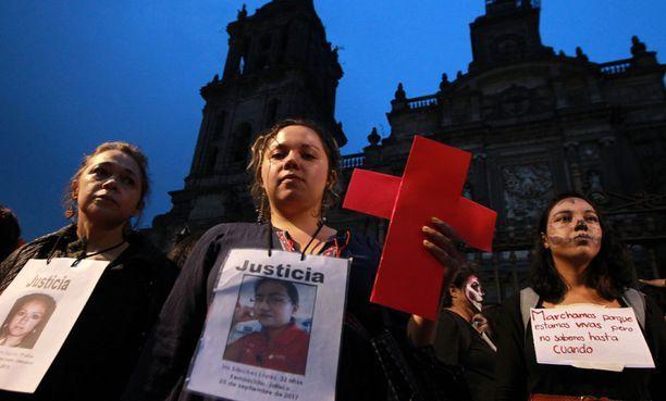 Meksikolaisnaisia osoittamassa mieltään naisten kokemaa väkivaltaa vastaan vuonna 2017.