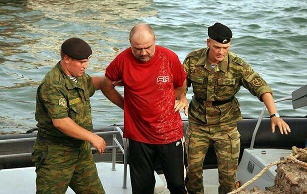 Venäjän asevoimien sotilaat saattoivat kaappauksesta epäiltyjä Palmeiran satamassa Kap Verdessä.