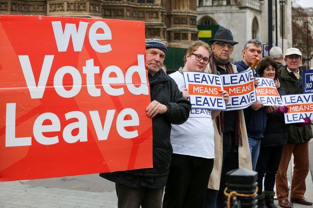 Brexitin kannattajat osoittivat mieltään Lontoossa viime torstaina.