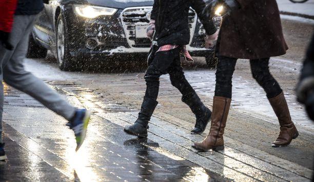 Perjantaina saadaan ajoittaisia sateita koko maassa, kertoo Ilmatieteen laitos.