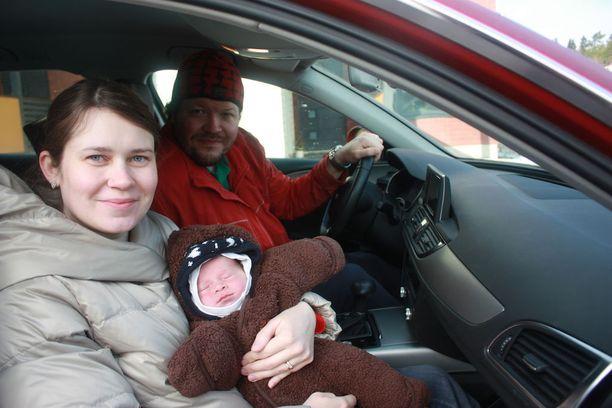 Johanna ja Tero Parjasen poikavauva syntyi tässä Audin etupenkillä kaksi viikkoa sitten.