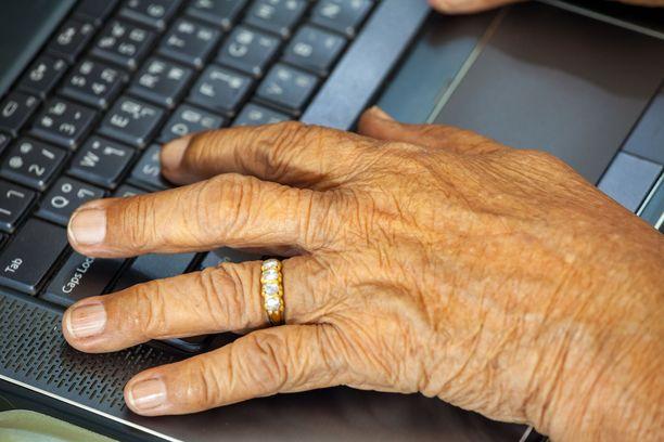 On esitetty, ettei suurin osa yli 85-vuotiaista pysty tekemään ajanvarausta verkossa.