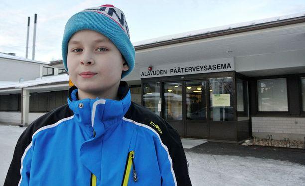 Jääkiekkopelin jälkeen käydyn kahinan jälkeen Alavuden terveyskeskukseen viety verta vuotava Samu käännytettiin ovelta kotiin.