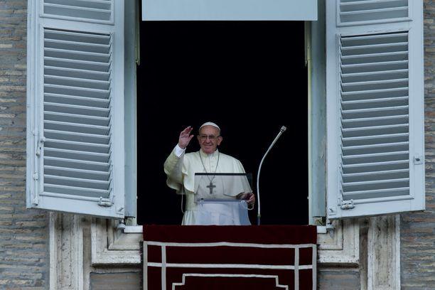 Paavi vilkutti yleisölle rukouksensa yhteydessä Vatikaanissa sunnuntaina.