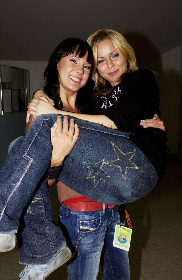 Mira Luoti ja Paula Vesala vuonna 2003. Syyskuussa kaksikon debyyttialbumi Kuulkaas enot! ilmestyi. PMMP palkittiin vuoden 2003 pop/rock-tulokas-Emmalla.