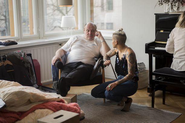 Hannu-Pekka Björkman ja Nicole Stiles odottelevat seuraavan oton alkua.
