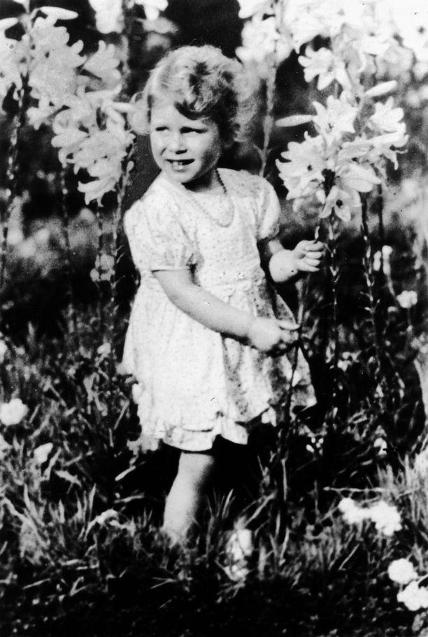 Kuningatar Elisabet poseeraa tässä neljävuotiaana eli vähän Charlottea vanhempana.