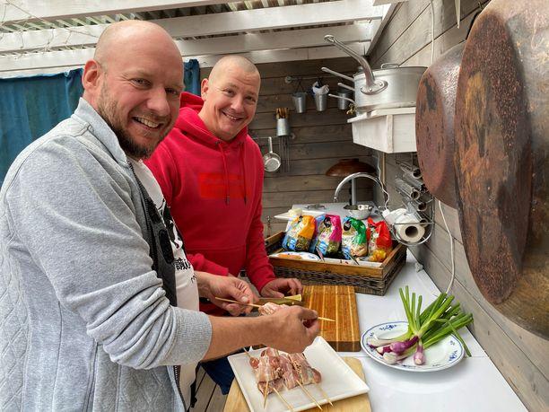 Jari Järvinen ja Pete Tevajärvi kaipailevat vaihtoehtoja rasvaisille makkaroille ja raskaille grillilihoille.